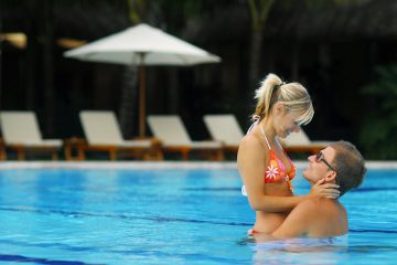 mauritius-honeymoon-couple-pool